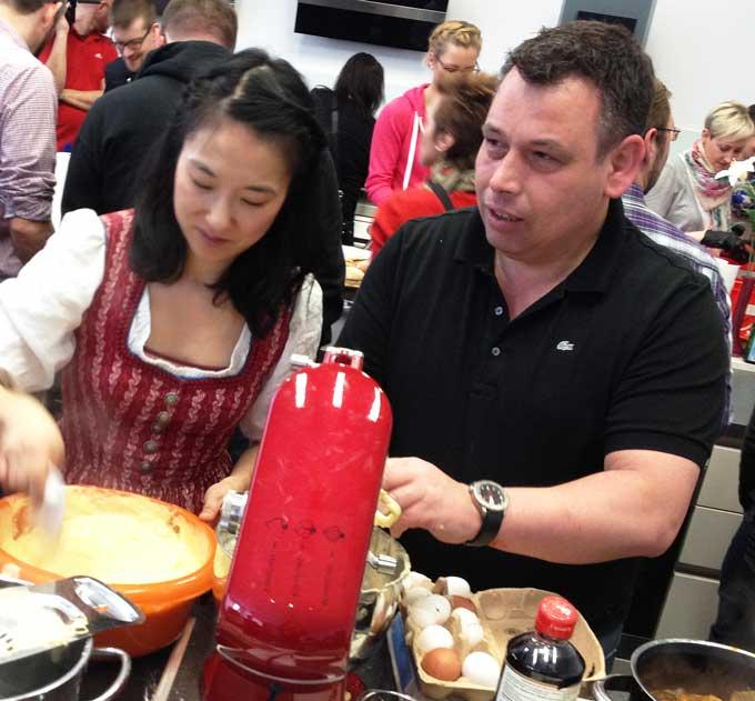 Fräulein Kimchi und Christian Mittermeier beim Kochen