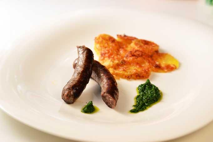 Lammbratwürste mit Kartoffelgratin und Brennesselpesto