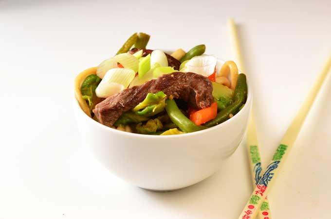 Udon Nudeln mit Rindfleisch und Gemüse