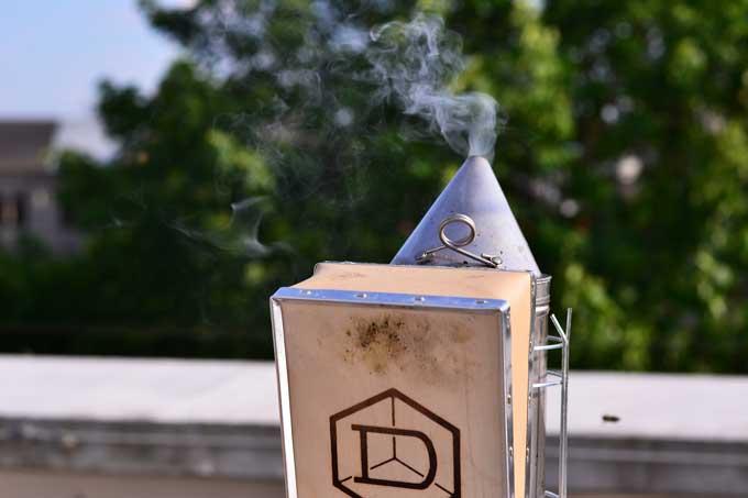 Rauchender Smoker des Imkers