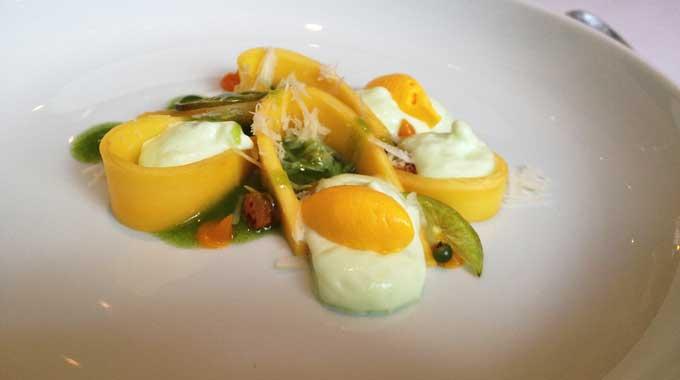 Thaimango, Limettenschaum und Safraneis als Dessert