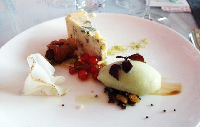 Dessert mit Sorbet, Stilton, Lardo, Speckdattel, Johannisbeeren auf Teller angerichtet.