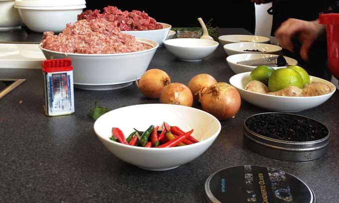 Fleisch und Gewürze vorbereitet zum Wursten