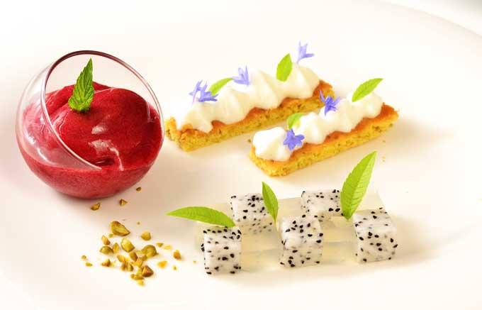 Kirschsorbet mit Pistaziensablé, Birke-Drachenfrucht Mosaik angerichtet als Dessertteller