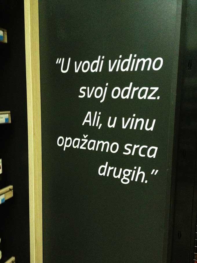 Kroatischer Weinspruch im Supermarkt