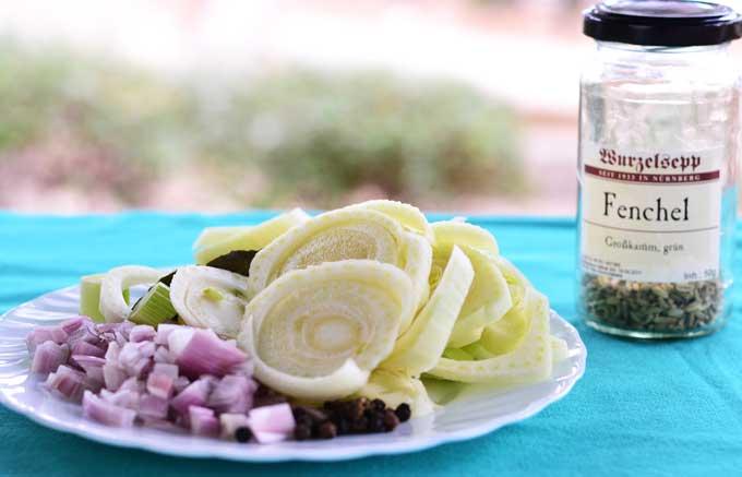 Gemüse und Gewürze vorbereitet für den Kochsud