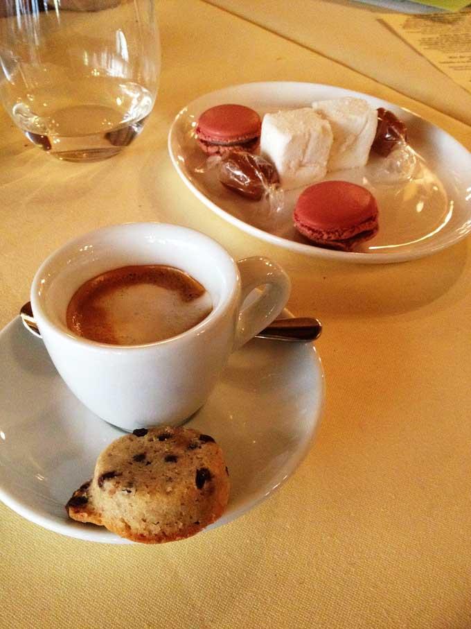 Kaffee mit Keks, Macarons, Marshmellow und Karamellbonbon