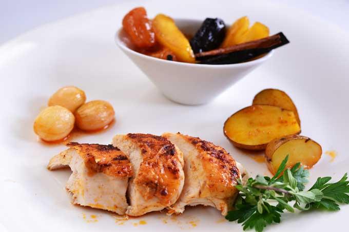 Huhn angerichtet mit Trockenfrüchten