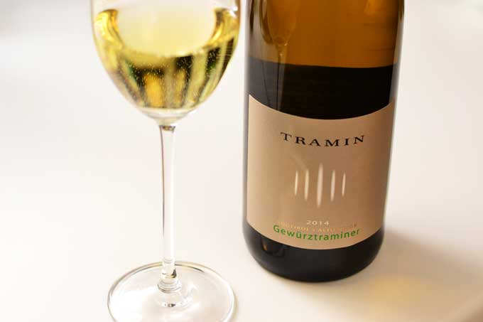 Glas Gewürztraminer mit Flasche