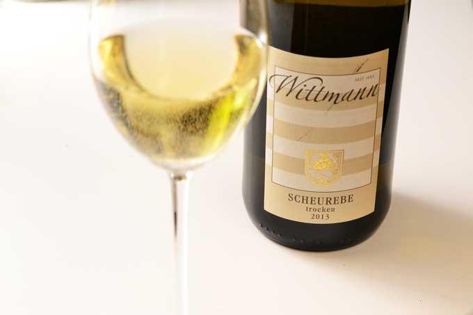 Weinglas und Flasche Scheurebe
