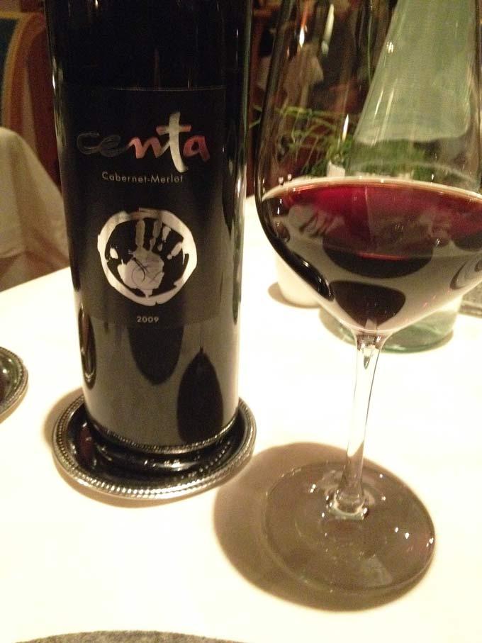 Flasche Centa mit eingeschenktem Weinglas