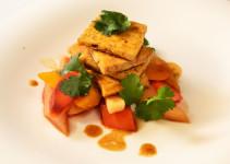 gebratener Tofu angerichtet mit Wurzelgemüse