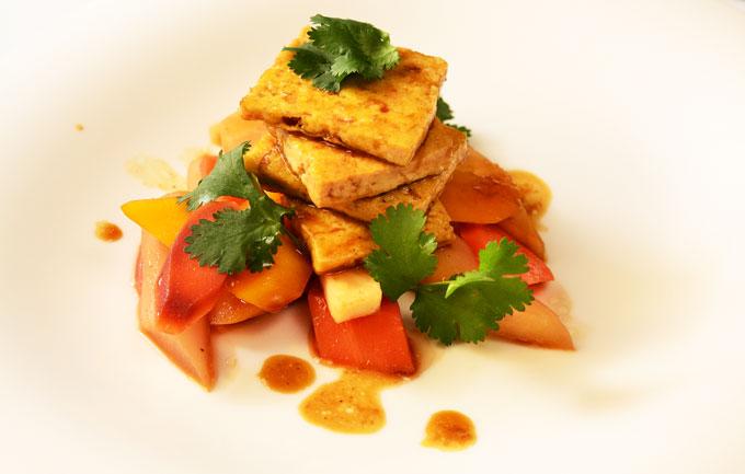 Tofu mit Wurzelgemüse angerichtet auf Teller