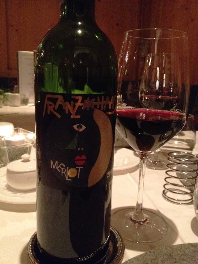 Merlot von Franz Haas, Flasche mit gefülltem Glas