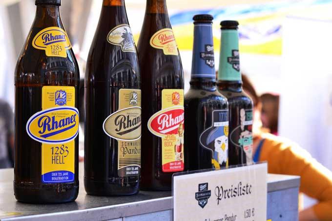 Aufgereihtes Bierflaschensortiment von Rhaner