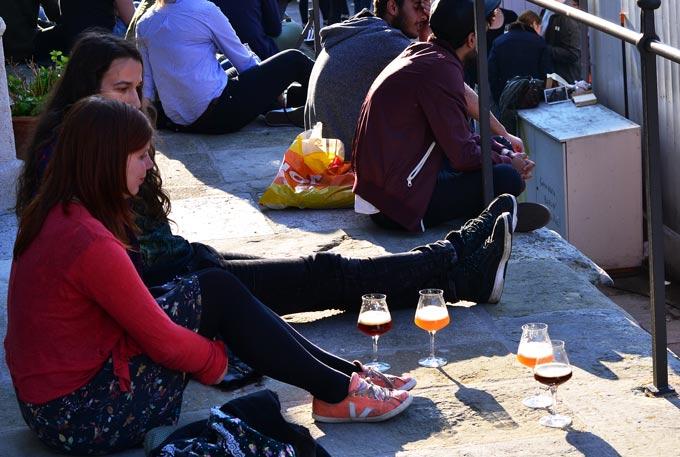 Sitzende Besucher mit Biergläsern
