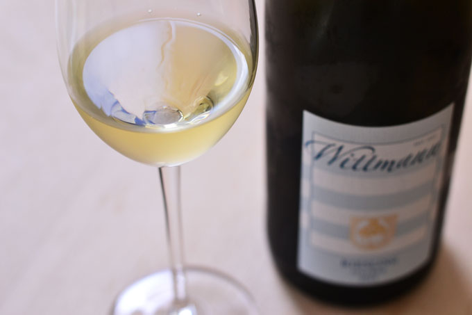 Glas und Flasche Riesling vom Weingut Wittmann