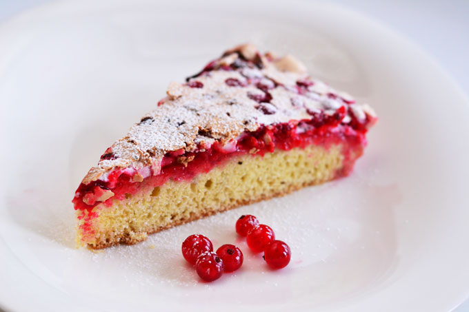 Johannisbeer-Baiser-Kuchen, Stück auf Kuchenteller