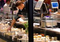 Blick auf Käsetheke Les Halles Lyon