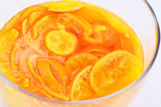Orangenscheiben in Zucker eingelegt