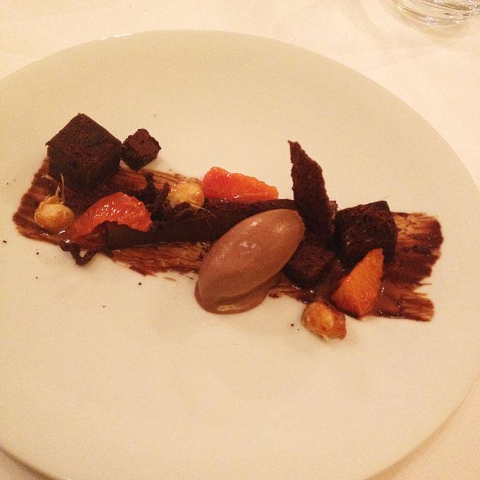Schokolade mit Macadamia und Blutorange als Dessert angerichtet