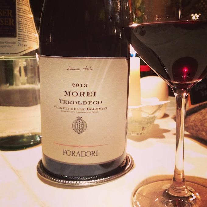 Flasche und Etikektt Teroldego Morei von Foradori, mit eingeschenktem Glas