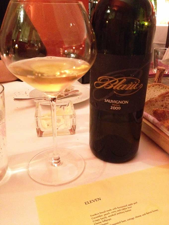 Weinglas und Flasche Sauvignon Blazic
